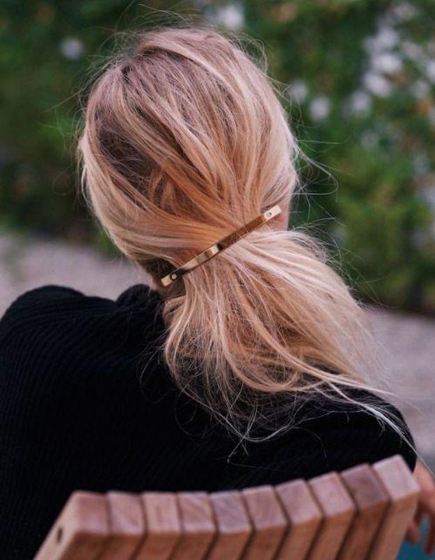 Coiffure simple queue-de-cheval avec une barrette