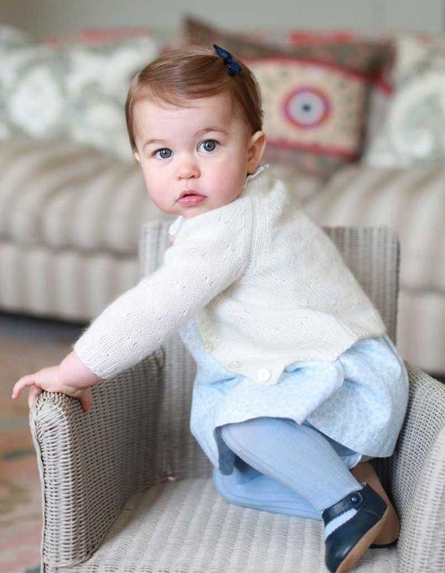 La princesse Charlotte bébé et son nœud bleu marine