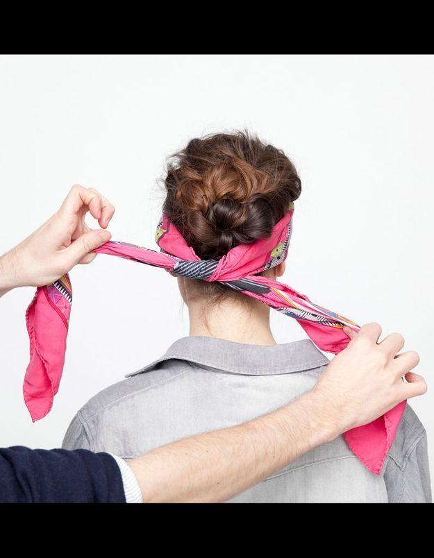 Etape 5 : Positionnez le foulard à l'avant de la tête et nouez-le bas sur la nuque