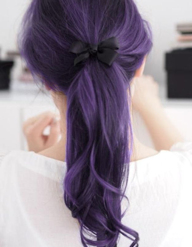 Cheveux violets en queue de cheval