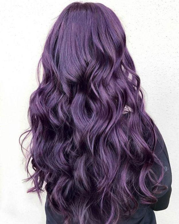 Cheveux violets sur coupe longue