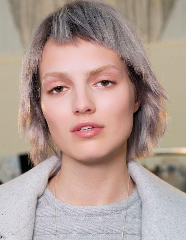 Coloration grise cheveux courts