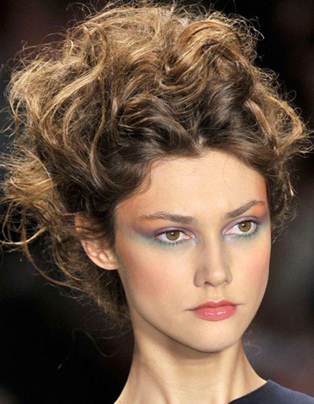 Coiffure avec cheveux bouclés automne-hiver 2016
