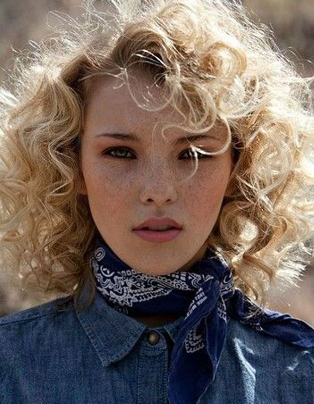 Coupe cheveux bouclés blonds automne-hiver 2016