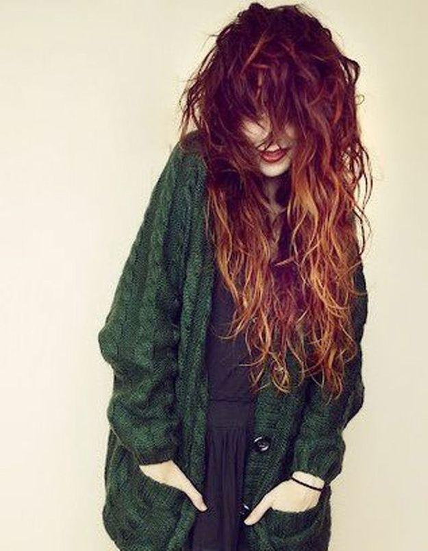 Cheveux longs frisés