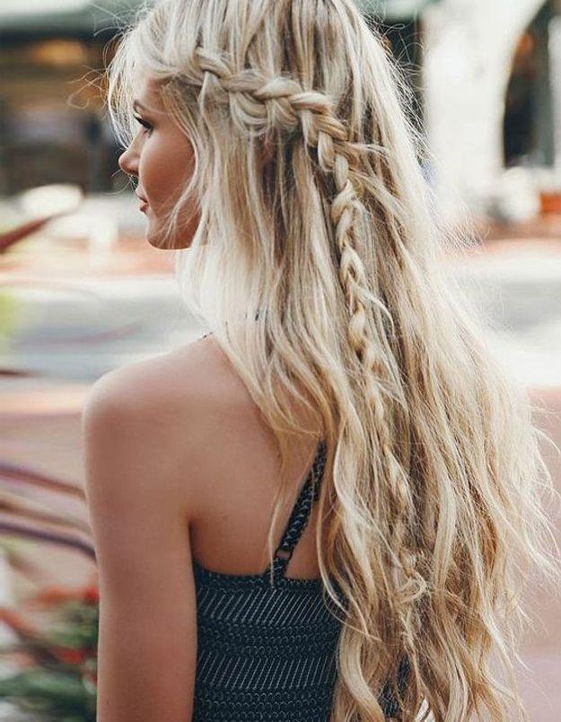 Coiffure cheveux longs avec tresse sur le côté