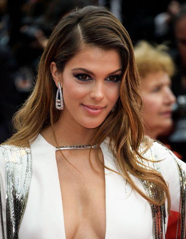 Le wavy glamour d'Iris Mittenaere à Cannes