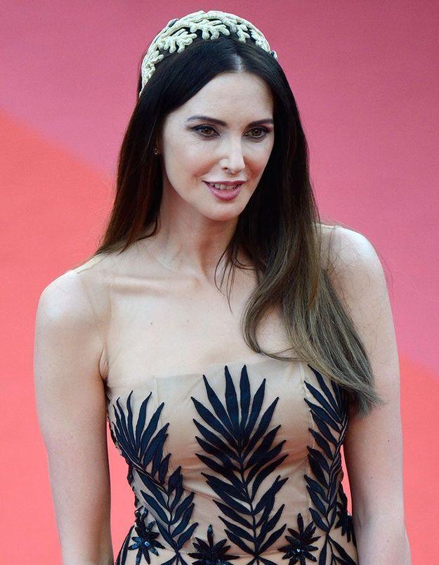 La coiffure avec accessoire de Frédérique Bel à Cannes