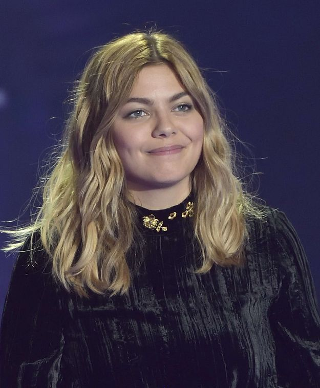 Louane et son carré wavy long