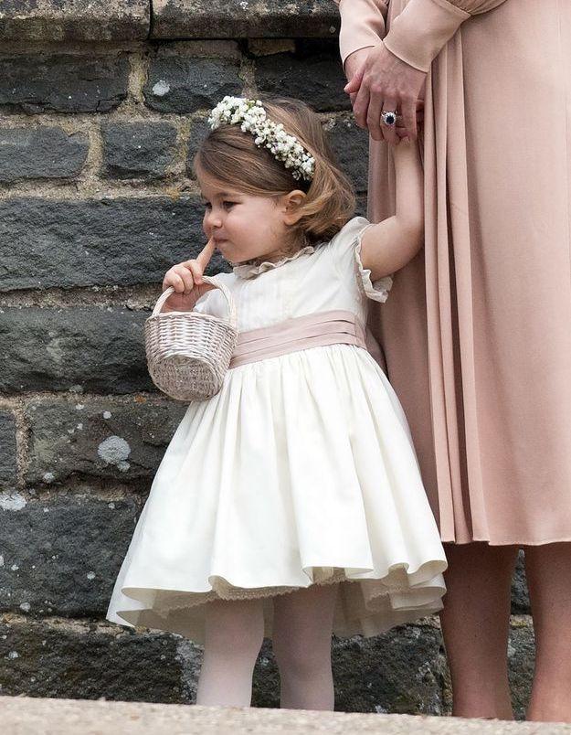 Charlotte au mariage de sa tante Pippa. Elle arbore une couronne de fleurs pour l'occasion