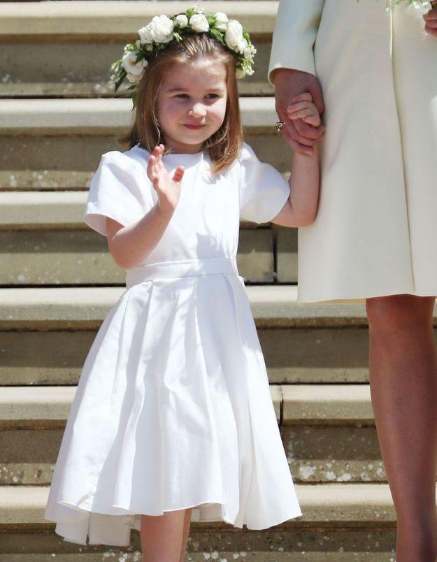 Charlotte avec une couronne de fleurs pour assurer son rôle de demoiselle d'honneur au mariage de Meghan Markle et Prince Harry
