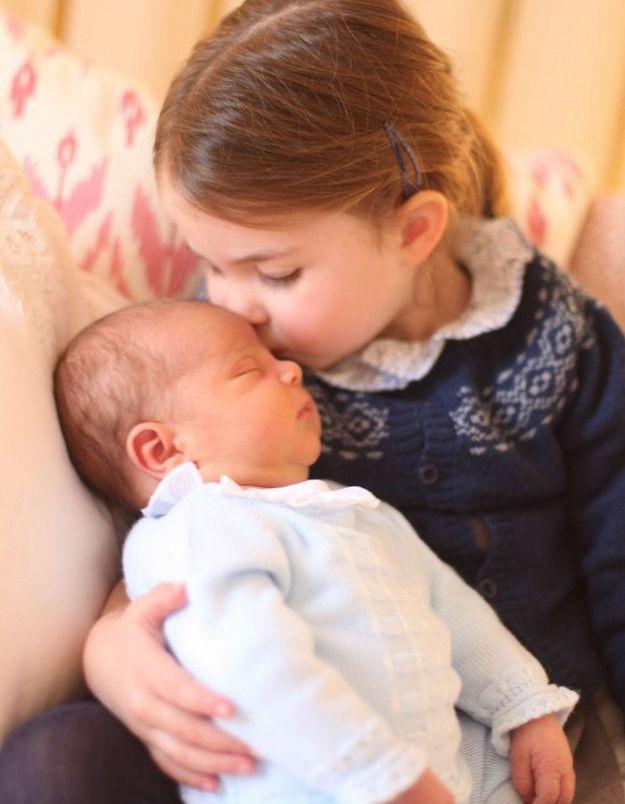 Charlotte cheveux noués en queue de cheval surmontée de barrettes sur les côtés, pour la première photo officielle de son petit frère Louis qu...