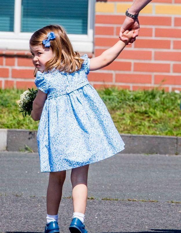 Charlotte et sa barrette bleue assortie à sa robe.