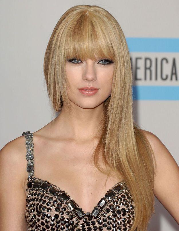 2010 : Taylor Swift avec ses cheveux longs et une frange droite