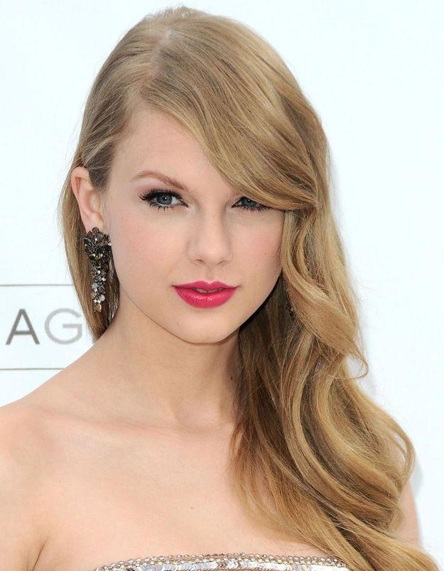 2011 : Taylor Swift avec les cheveux longs et bouclés