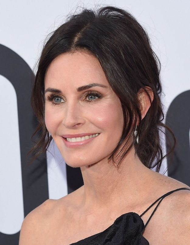 Courteney Cox coupe sa frange en direct sur Instagram