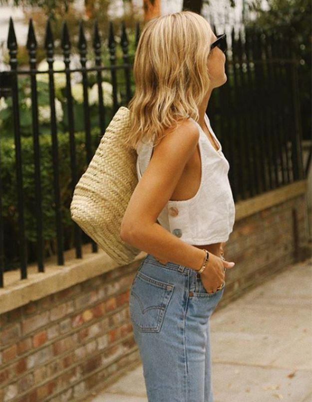 Lucy Williams porte un carré long blond