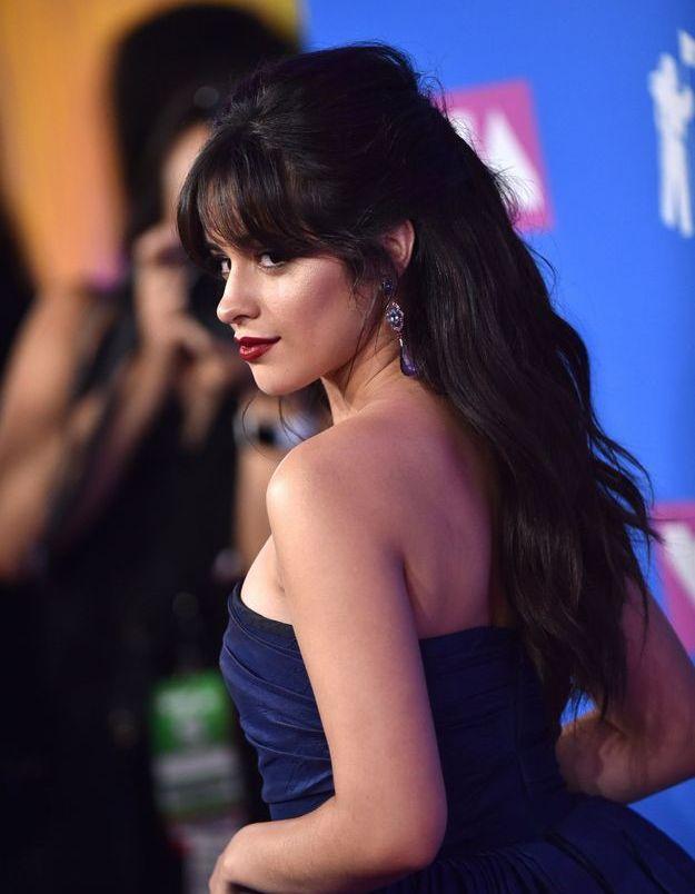 La chevelure wavy de Camila Coelho