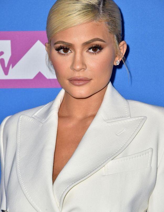Les cheveux attachés et la raie sur le côté de Kylie Jenner