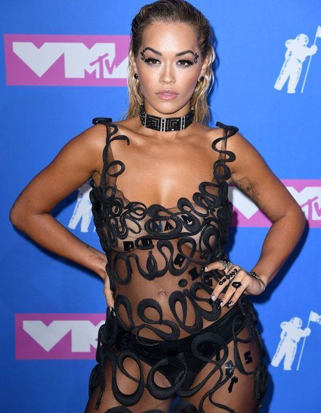 La chevelure wet tirée en arrière de Rita Ora