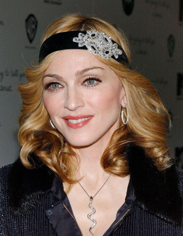 Madonna arbore un headband façon années folles
