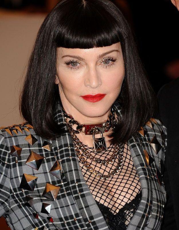 Madonna avec son carré noir laisse planer un air d'Uma Thurman dans Pulp Fiction