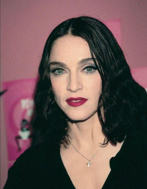 Madonna casse les codes et passe aux cheveux foncés