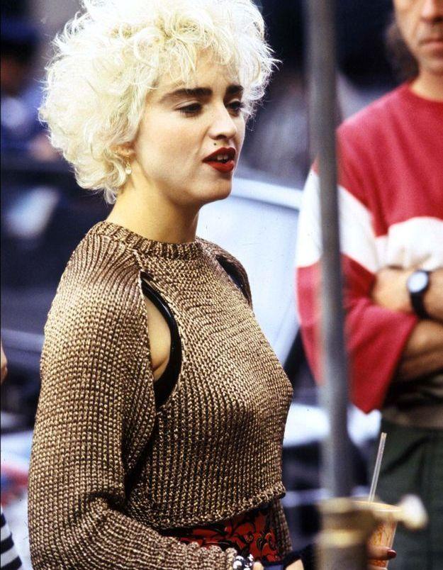 Madonna, coupe courte et blond polaire, elle garde ses sourcils foncés