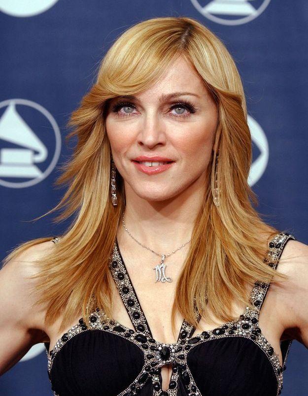 Madonna se pare d'une chevelure raide et ultra dégardée
