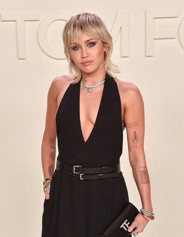 Miley Cyrus passe à la frange courte en plein confinement