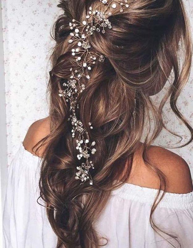 Coiffure de mariée avec tresse loose et cascade de fleurs