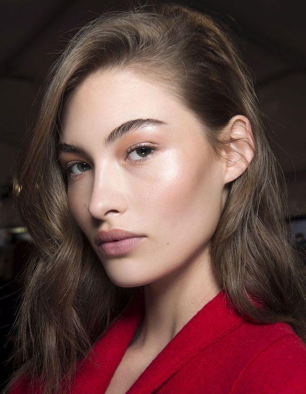 La raie sur le côté sur une coiffure glamour