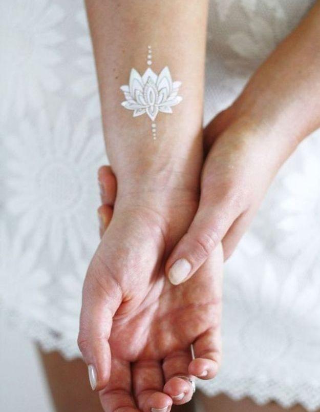 Le tatouage blanc floral