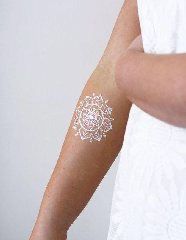 Le tatouage blanc sur l'avant-bras