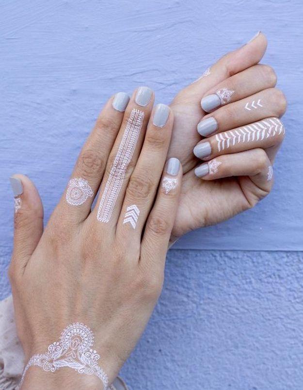 Le tatouage blanc sur les mains