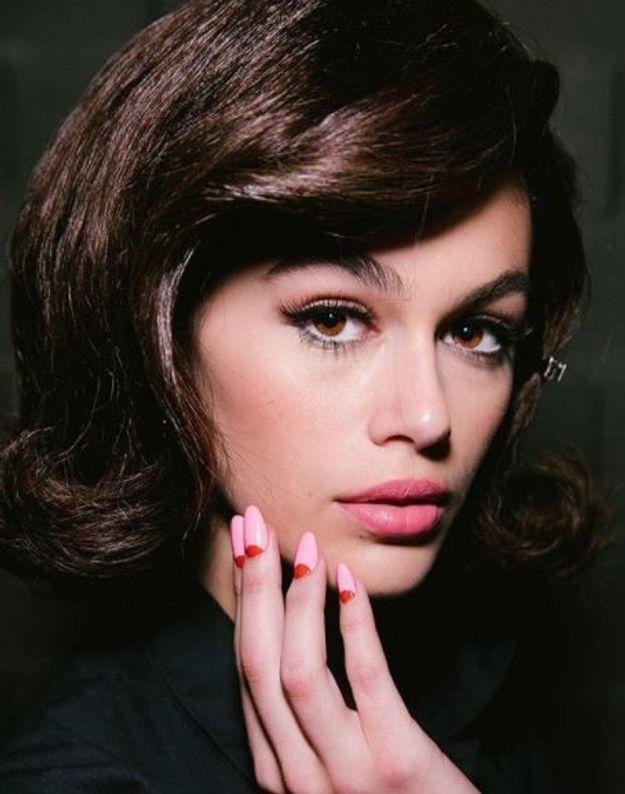 Le beauté look façon Jackie Kennedy de Kaia Gerber pour Moschino