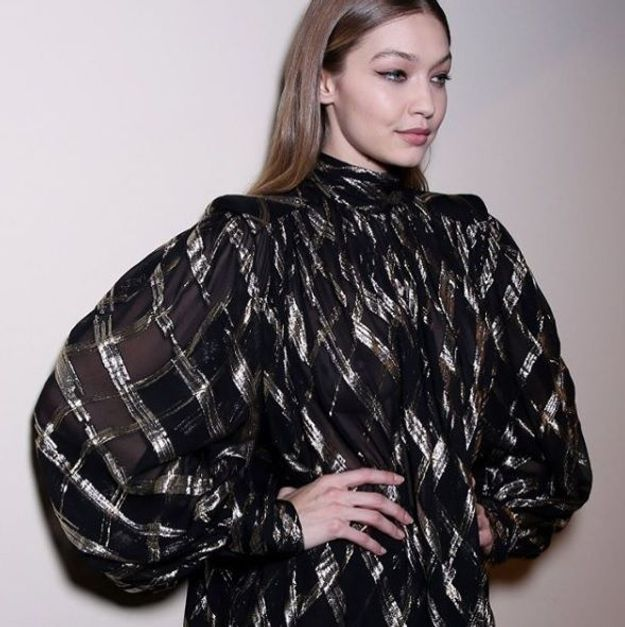 La chevelure raide à demi plaquée de Gigi Hadid pour Alberta Ferretti