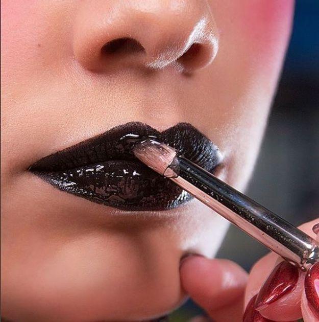 La bouche noire du défilé Ashley Williams