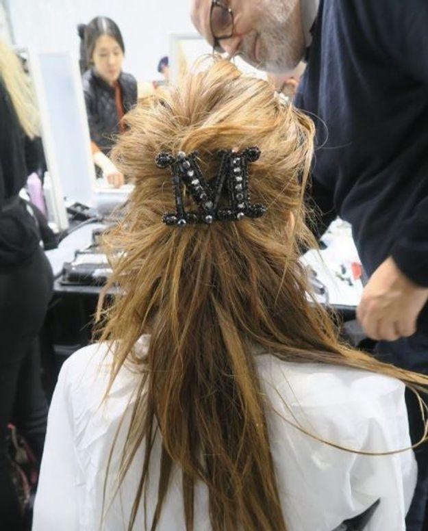 La grosse broche à cheveux de chez Max Mara