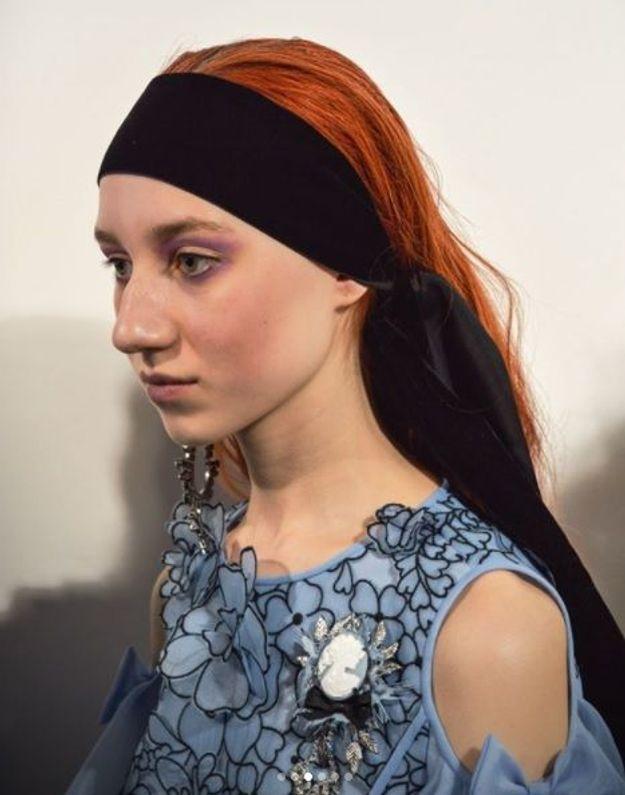 Les rubans noirs dans les cheveux du défilé Bora Aksu