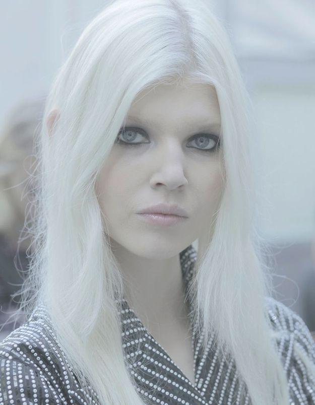 Blond platine et œil charbonneux subliment la beauté polaire d'Ola Rudnicka.