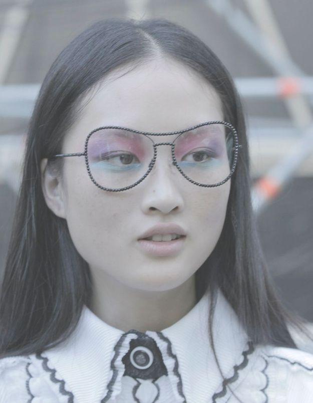 Jing Wen porte le smoky eyes multicolore accessoirisé des lunettes Chanel.