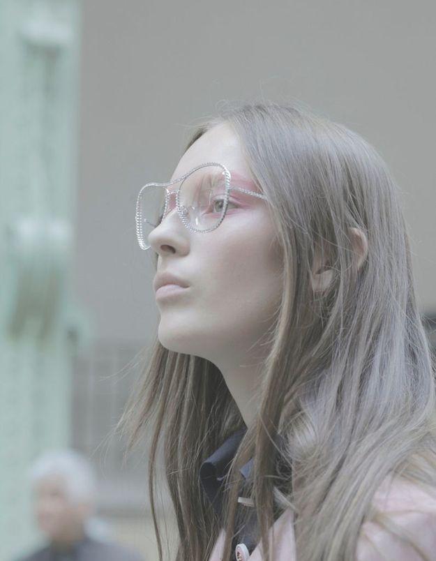Julia Bergshoeff prend la pose avec ses lunettes Chanel.