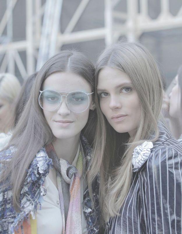 Les mannequins Kremi Otashliyska et Eleonore Toulin prennent la pose à quelques minutes du show.