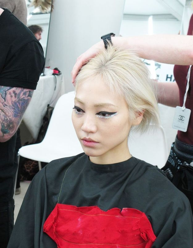 Soo Joo en pleine séance de coiffure