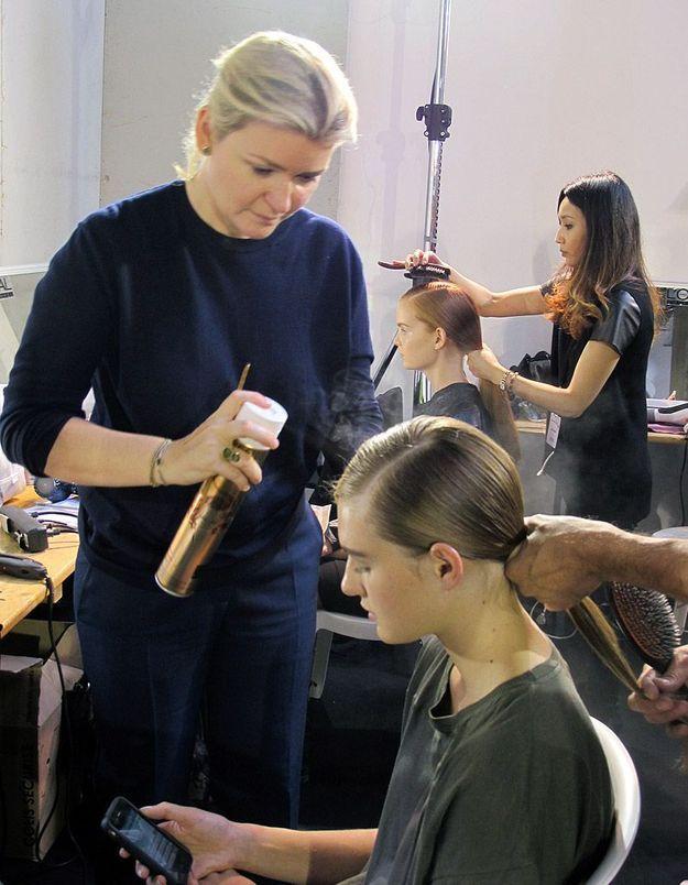 Delphine COurteille en pleine coiffure