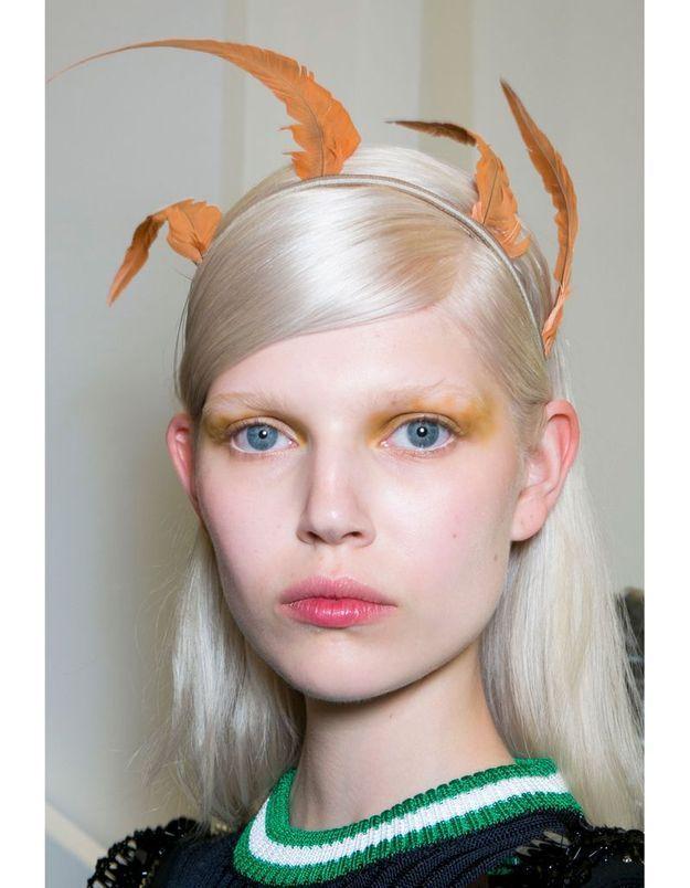 Le headband à plumes du défilé Prada