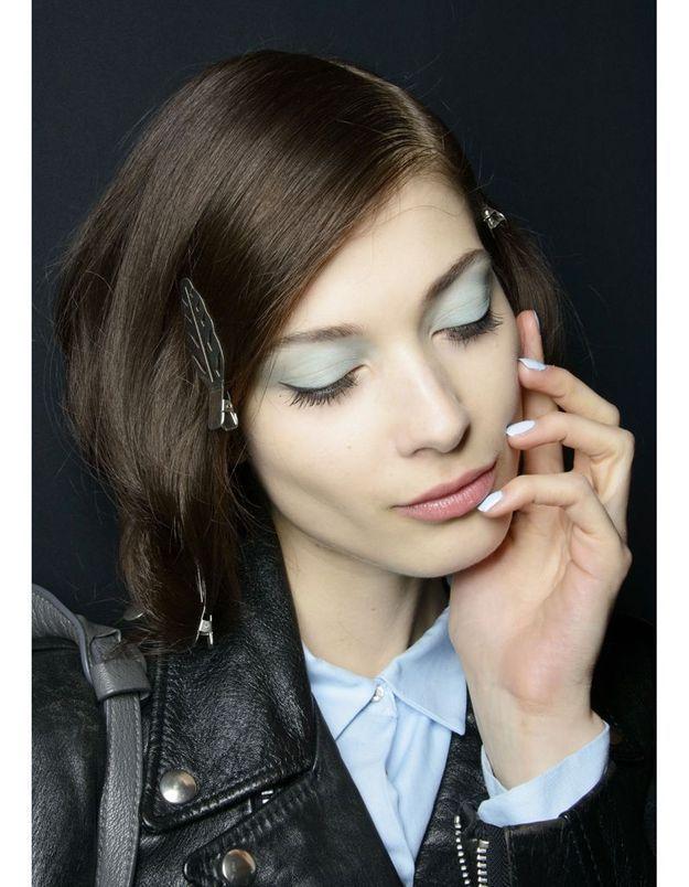 Les ongles bleu clair du défilé Badgley Mischka