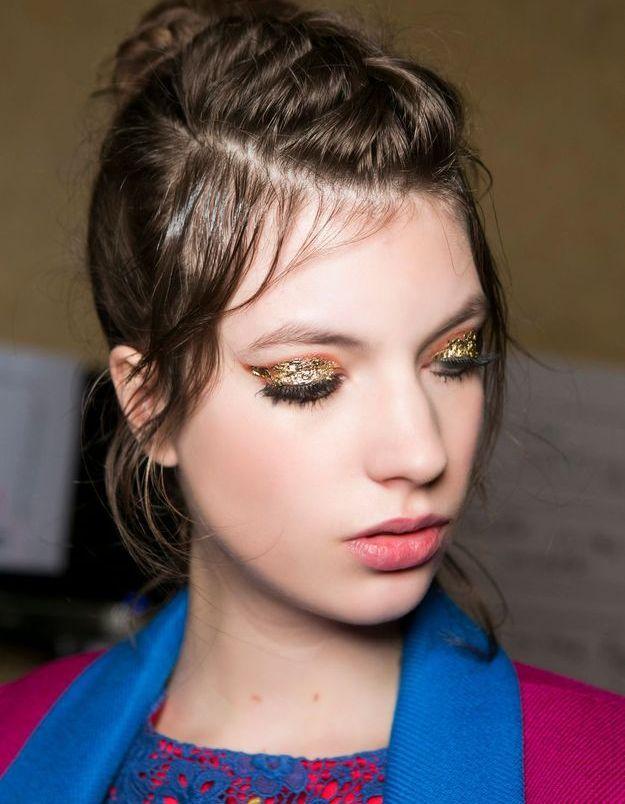 Maquillage pailleté feuille d'or en aplat