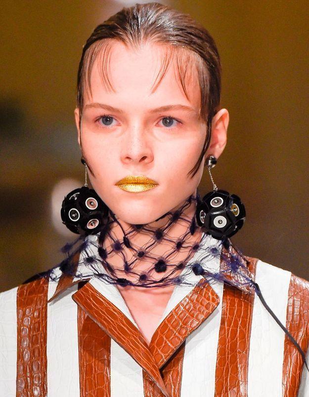 Maquillage doré des lèvres
